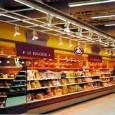 Wsupermarketach dominują towary oatrakcyjnych cenach, wnętrza wyposażone są skromnie ifunkcjonalnie. Klienci dokonują zakupów bezpomocy obsługi. Supermarkety oferują szeroką gamę produktów.