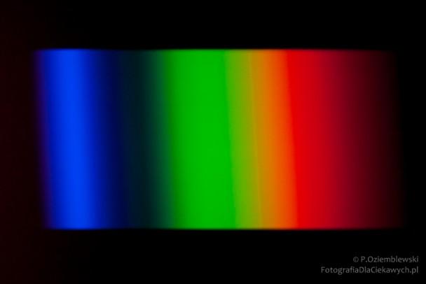Widmo lampy LED ozimnej barwie