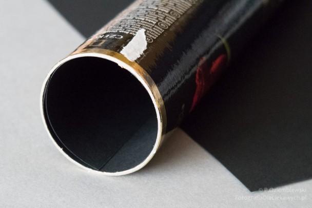 Tuba wyłożona czarnym papierem