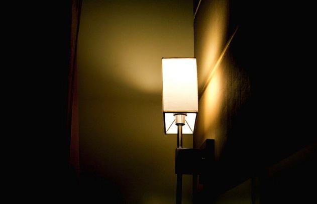 Lampa w sypialni