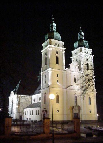 oświetlenie kościoła Świętej Rodziny wPile
