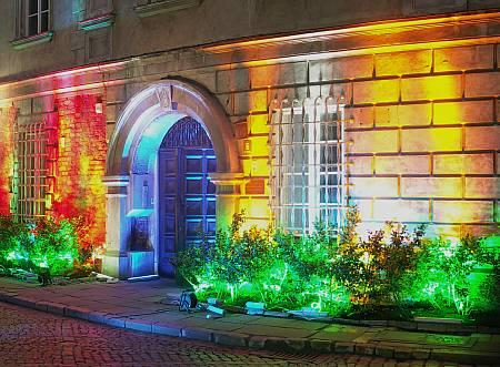 barwne oświetlenie elewacji budynku