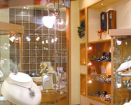 oświetlenie halogenowe w salonie jubilerskim