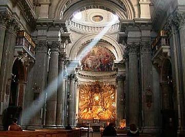 oświetlenie wewnątrz obiektu sakralnego