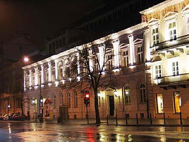 budynek oświetlony zdołu