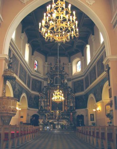 tradycyjne oświetlenie nawy głównej kościoła