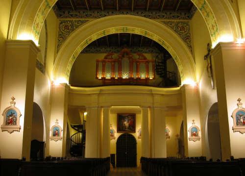 oświetlenie świetlówkowe prospektu organowego i sufitu kościoła