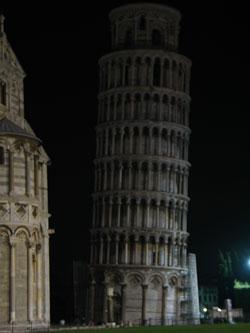 krzywa wieża wPizie, porównanie oświetlenia wdzień iwnocy