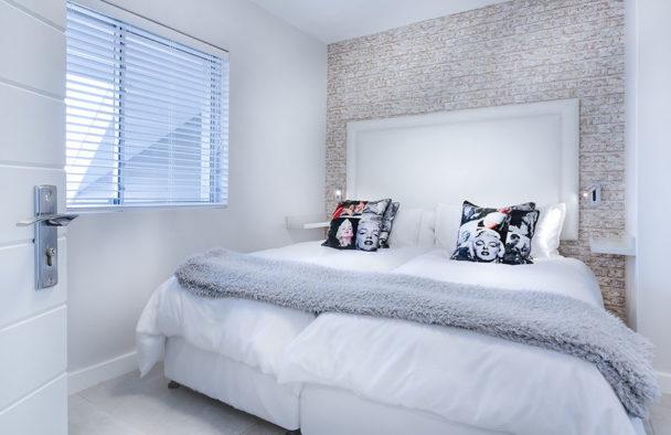 Łóżko tapicerowane wnowoczesnej sypialni
