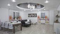 Pomysłowe oświetlenie sufitu podwieszanego podkreśla jego kształt iwydobywa efektowne cienie nazałamaniach. Najciekawsze inajbardziej oryginalne rozwiązania tolampy halogenowe, listwy LED inowoczesne żyrandole.