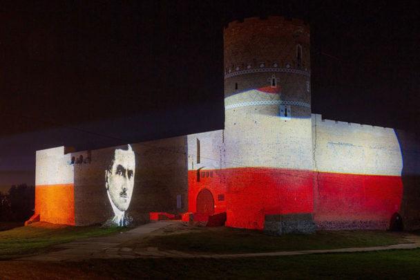 Iluminacja niepodległościowa Zamku wCiechanowie. Fot.UM Ciechanów