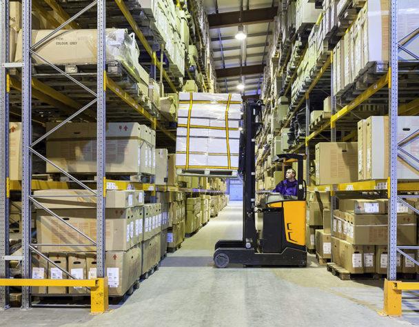 Bezpieczne oświetlenie wmagazynach wysokiego składowania jest kluczowe dla bezpieczeństwa pracowników