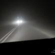Droga we mgle i oświetlenie z samochodów